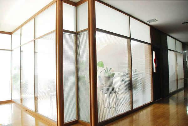 关于办公室玻璃隔断该如何做好保养